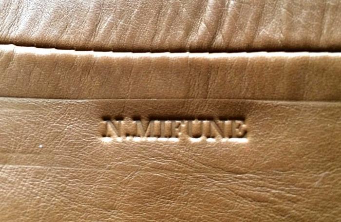 レザージャケットにハンディーホットスタンプを使って名入れしました。