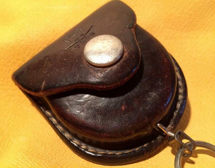 質実剛健な刻印の入った革製のキーホルダー!