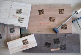 オリジナル鉄版で直火焼印を木材に…
