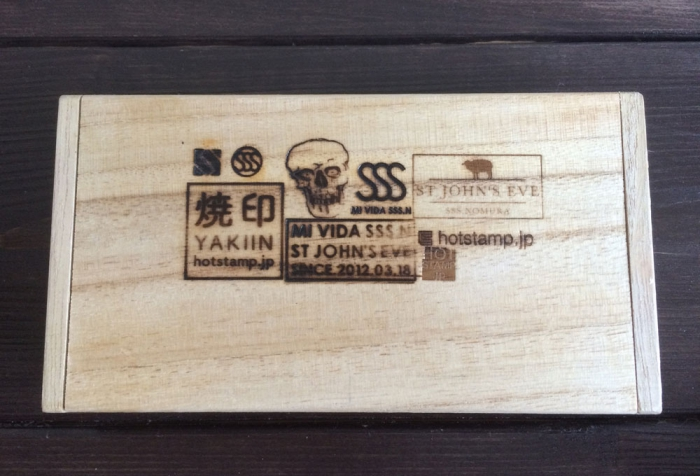 白木の木箱にロゴを焼印!