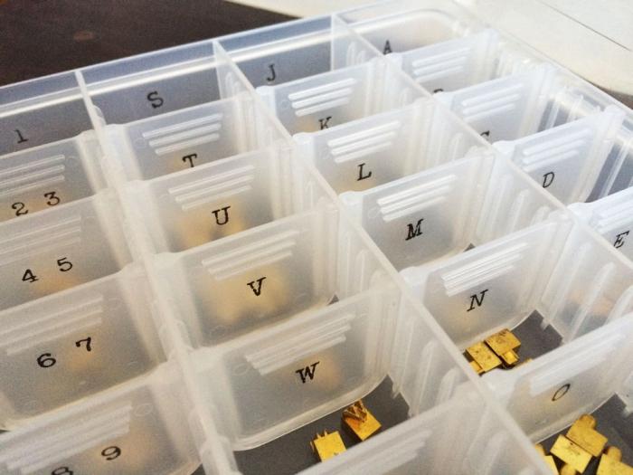 活字文字のセクションケースにアルファベットと数字のステッカーを....