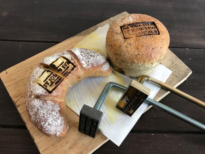 L字型に曲がった直火用ハンドルを使ってパンに焼印押しました!