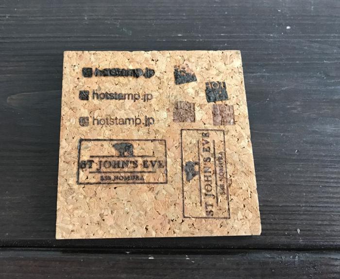 コルクボードに焼印を押すのに適切な道具は?