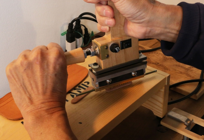 ハンディ型焼印機に補助ハンドルが付いて、名入れがより正確に押せ、生産性にコストの大幅削減につながりました。